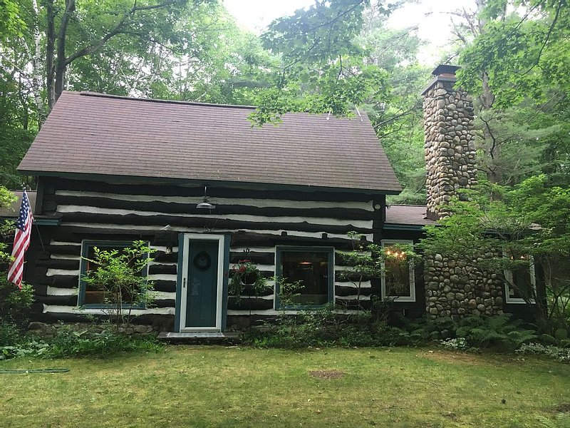 100 Year Old Historical Cabin in Good Hart/Tunnel of Trees Private Beach Access!, location de vacances à Harbor Springs