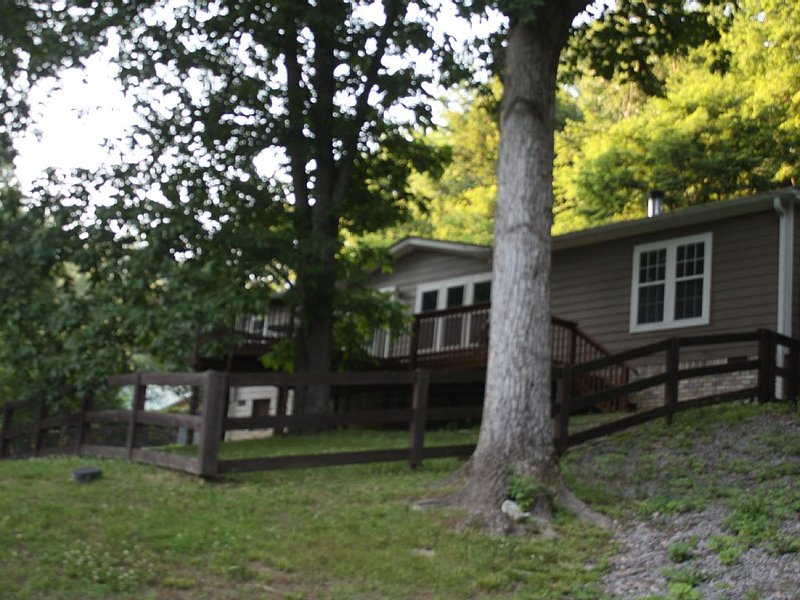 Tranquility 'Treehouse' Retreat In West Nashville 15 Min. To downtown Nashville!, holiday rental in Ashland City