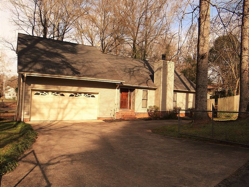 Executive home minutes to downtown Greenville, GHS, Swamp Rabbit Trail Sleeps 10, vacation rental in Greenville