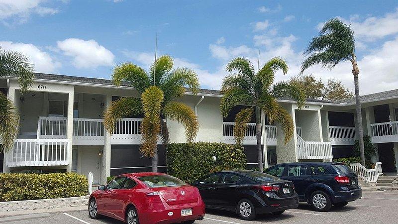 Spacious 1 Bedroom Condo On Siesta Key Beach, holiday rental in Sarasota