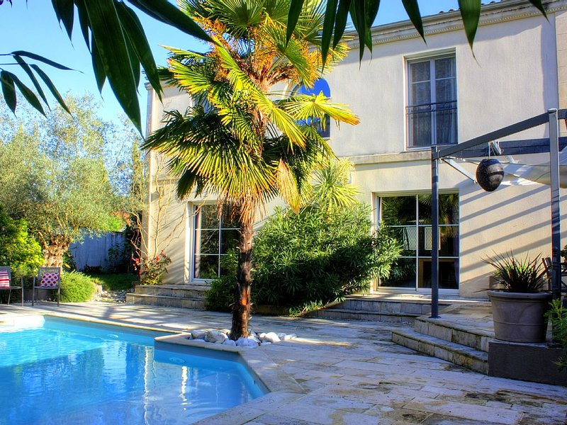 Nice House, 5 Bedrooms With Heated Pool At 15 Min From Bordeaux Center, vacation rental in Bordeaux