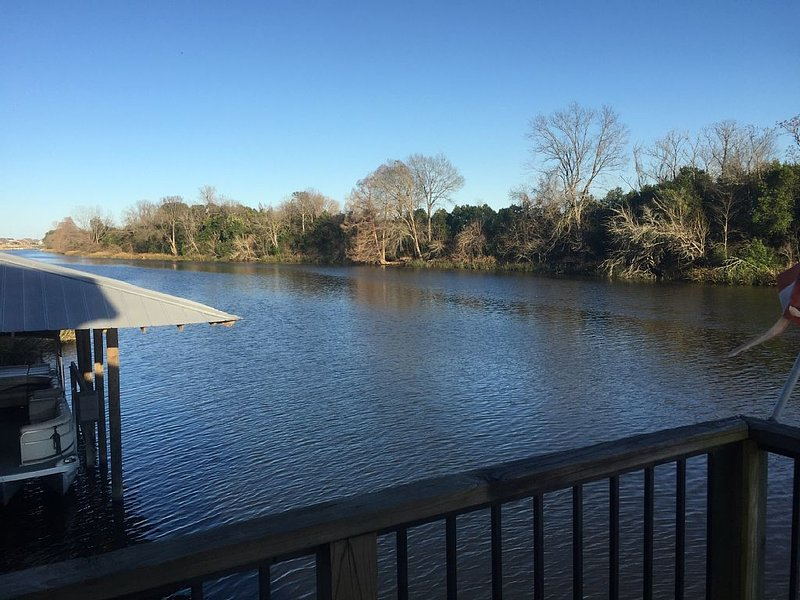 Peaceful. Relaxing. Fun. Bring boat to dock. Fish, shop, explore!, location de vacances à Natchitoches