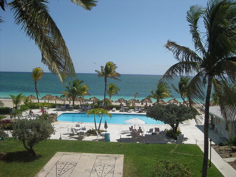 Tropical paradise steps away from gorgeous sandy beach & beautiful blue water, aluguéis de temporada em Freeport