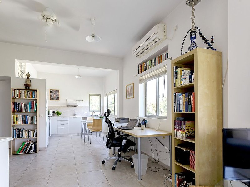 Exceptional apartment; stylishly renovated, extremely bright, aluguéis de temporada em Tel Aviv