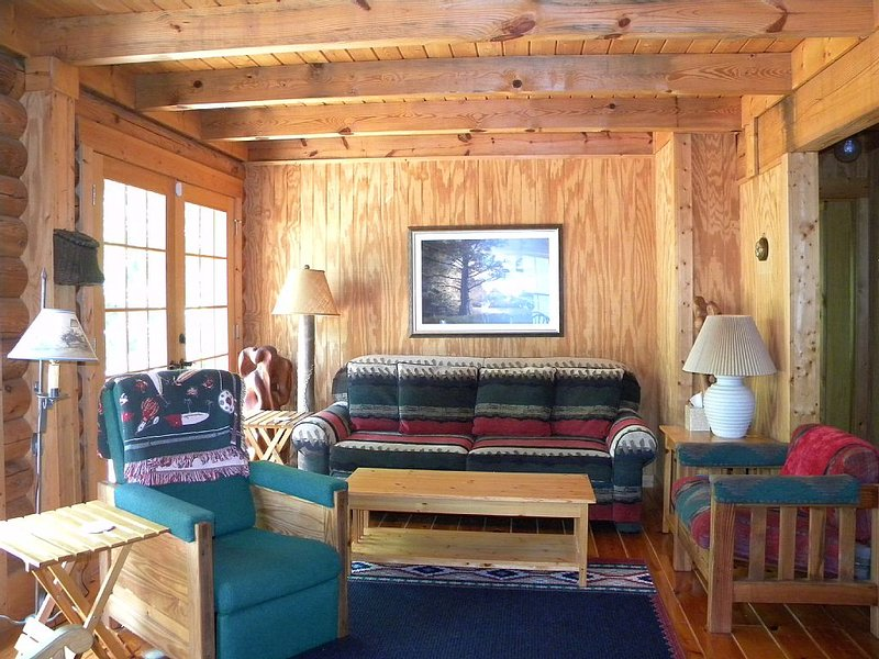 Kerr Lake Log Cabin On Calm Cove With Gentle Slope To Water, Nearby Sandy Beach, holiday rental in Clarksville