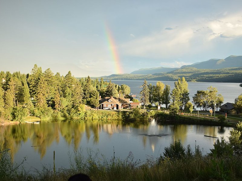 Lake View - Mountain View - 5 Min Walk to Beach/Downtown - 20 Mins to Panorama, holiday rental in Invermere