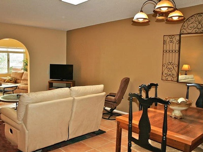 Stylish, Comfy 1450 Sq. Ft. Townhome with Saltillo Tile & Sunny AZ Room, holiday rental in Sahuarita