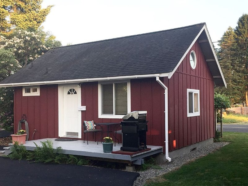 Cute Cottage Close To Town and Bike Trails, vacation rental in Yelm