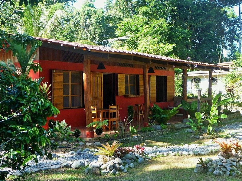 Casa Vida Loca a tropical gem. Close to the beach. Child friendly., aluguéis de temporada em Puerto Viejo