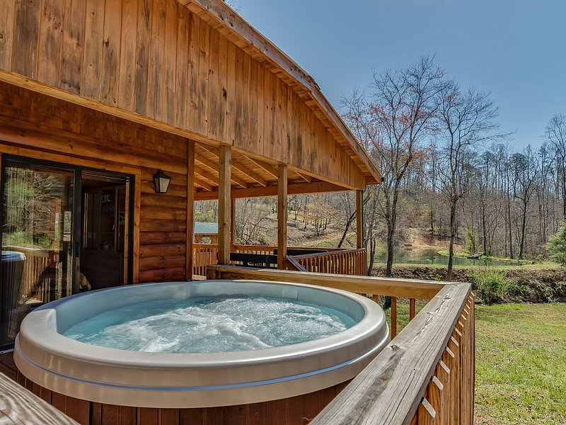 Piney Knob Cabin  15 Min To Lake Lure - 30 Min To Tiec - Hot Tub - Stocked Pond, holiday rental in Vein Mountain