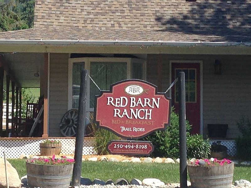 Country Living on Red Barn Ranch ideal for family or two couples, aluguéis de temporada em Summerland