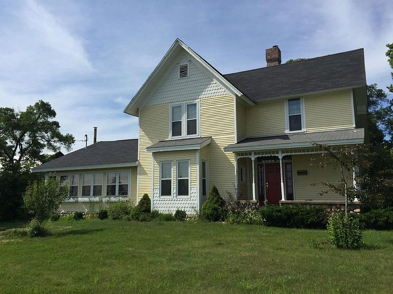 Beautiful 3,000 sf 5/3 Open Concept Farmhouse With Huge Dining That Seats 18, holiday rental in Alba