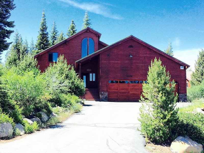 Perfect  ski home for families to gather! New  hot tub! Bring the dog!, vacation rental in Truckee