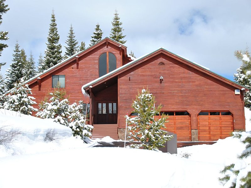Perfect  ski home for families to gather! New  hot tub! Bring the dog! – semesterbostad i Truckee