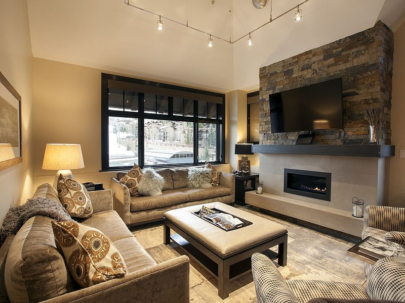 Base Village! Penthouse! Ski-in/Ski-out!, vacation rental in Snowmass Village