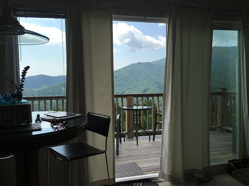 HIGH MOUNTAIN CONDO--PANORAMIC VIEWS!, holiday rental in Seven Devils
