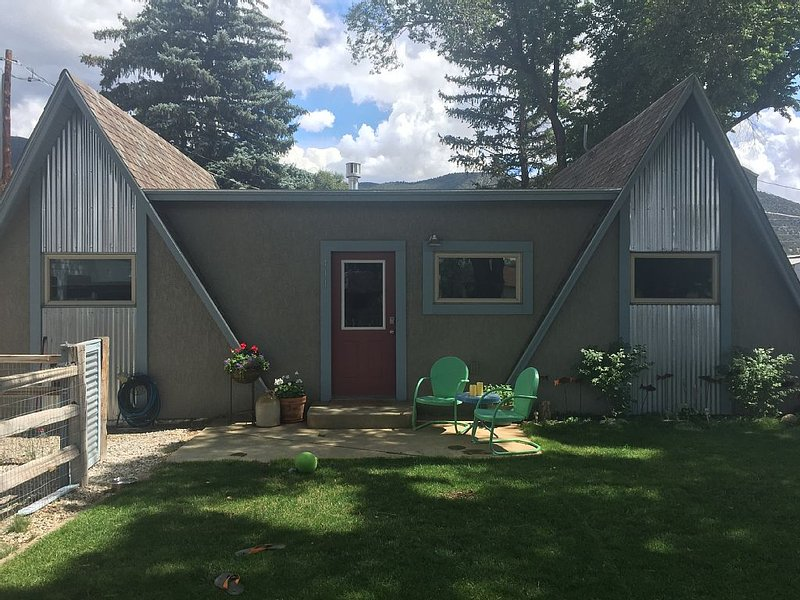 Cozy & clean single family home, pet-friendly, large fenced yard, walk downtown, vacation rental in Salida