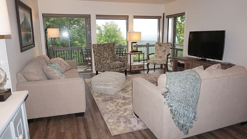 Awesome Walk-in Condo with Spectacular Lake View-steps away from pool and tennis, holiday rental in Shirley