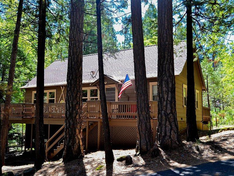 Bigfoot Lodge - cozy, CLEAN updated cabin - 5 min. walk to town., location de vacances à Mi Wuk Village