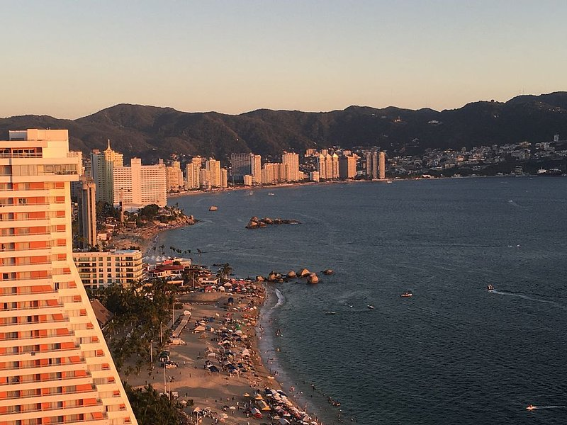Luxurious Condo in High Rise Complex Steps to the Beach, vacation rental in Acapulco
