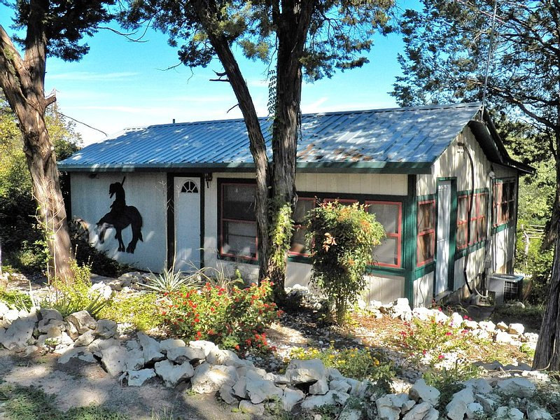 Lakeview Cottage with covered deck and lake view, vacation rental in Whitney