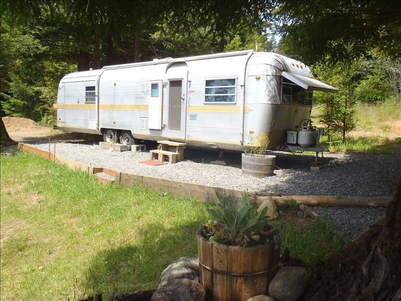 Airstream in the Redwoods, near River and Beaches (with Hot Tub), alquiler de vacaciones en Arcata