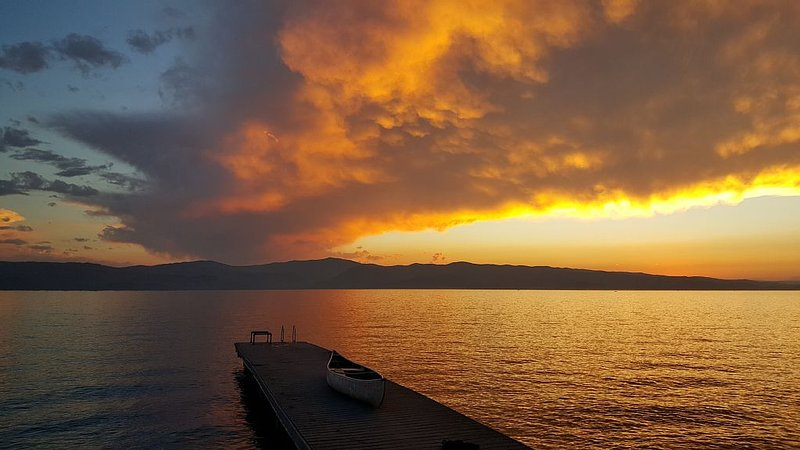 Family Cabin on Beautiful Flathead Lake, holiday rental in Woods Bay
