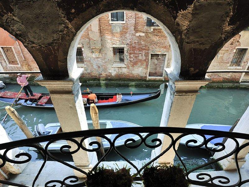 Big Apartment In An Elegant Area Facing A Typical Venetian Canal, alquiler de vacaciones en Venecia