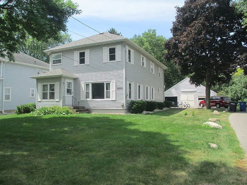 Oshkosh EAA Rental...1 mile from AirVenture, vacation rental in Oshkosh