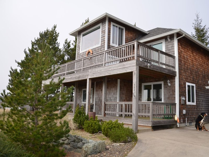 Enjoy Beautiful Ocean and Mt Views in Manzanita! Private, Secluded Hot Tub!, vacation rental in Manzanita