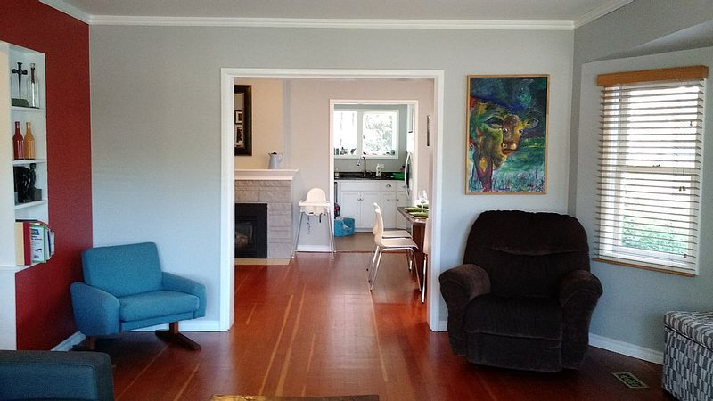 Heart of Cook st. Village Character House. Walk to ocean, downtown, Beacon Hill, location de vacances à Victoria