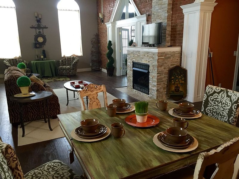 Historic Loft Close To Starved Rock State Park, Buffalo Rock Park, I&M Canal, holiday rental in Princeton