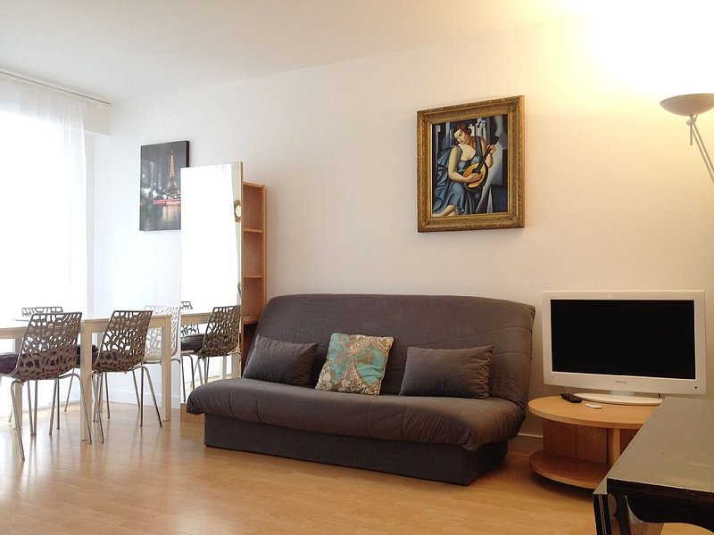 Covid-Free, Apartment At Eiffel Tower, ICONIC LOCATION, District 7, Sleeps 5/6, holiday rental in Paris