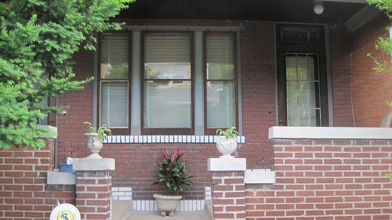 Quaint Arts and Crafts Five Room Flat, vacation rental in Saint Charles