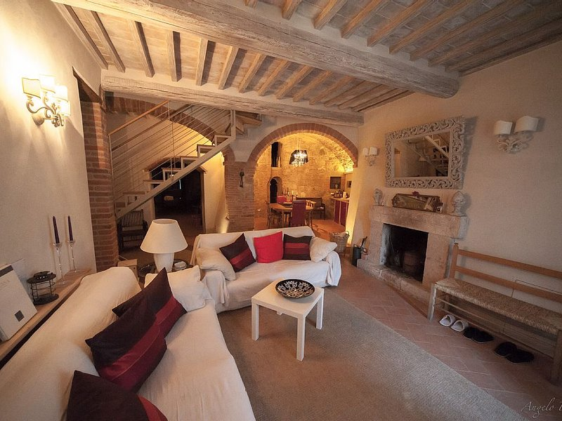 Gorgeous, Fully Renovated Town Home in Tuscan Town of Cetona, holiday rental in Cetona