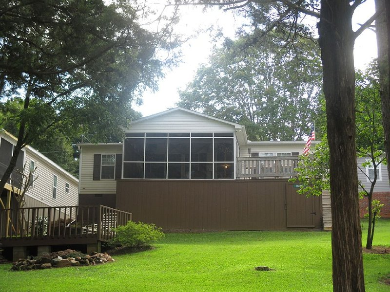 LAKEFRONT ON LAKE HARTWELL -  FISHING, RELAXING AND CLEMSON FOOTBALL, holiday rental in Pendleton