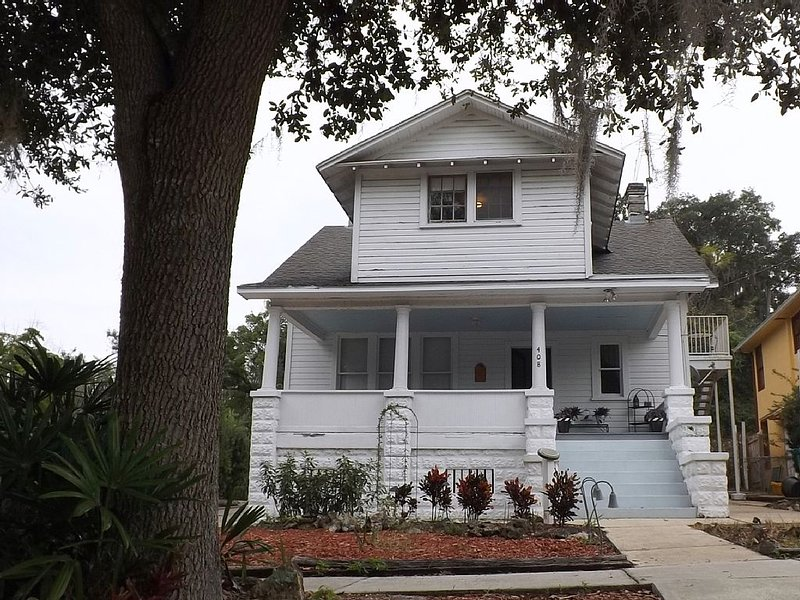 Vintage 'TreeTop Apartment'  in  Mount Dora's historic downtown village, holiday rental in Umatilla