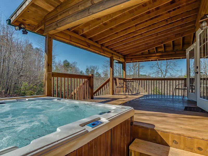 Piney Knob Lodge-15 Min to Lake Lure-30 Min to TIEC-Hot Tub -Stocked Pond-Creek, vacation rental in Vein Mountain