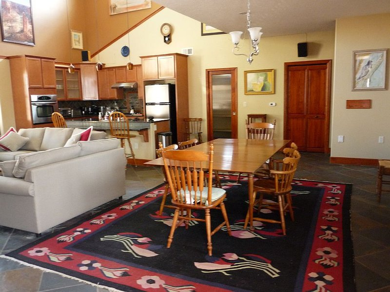 Spacious 3 Bedroom 2.5 Bath Townhouse Near Old Town, holiday rental in Albuquerque