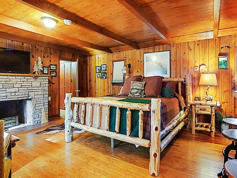 Walk To Town From Peaceful Countryside Log Cabin 25 Minutes To St. Louis, holiday rental in Arnold