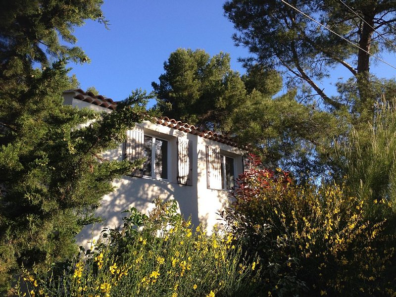 Charming apartment in quiet area. Close to beautiful city Aix en Provence, holiday rental in Eguilles