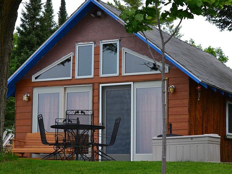 Cozy and welcoming 1 bedroom cottage on Pickerel Lake. Sleeps 4., vacation rental in Summit Lake