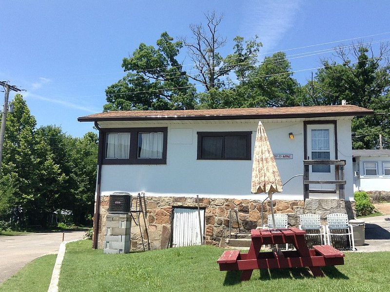 1 Br Cottage On Quiet Lake Taneycome W/ Boat Slip, holiday rental in Rockaway Beach