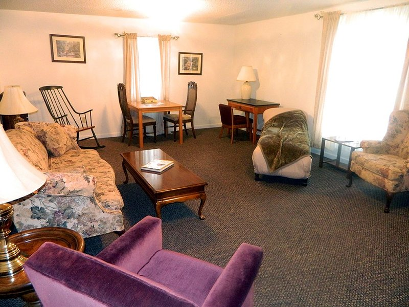 Stay at the Rural Retreat Winery Suite and overlook the Historic Depot, holiday rental in Marion