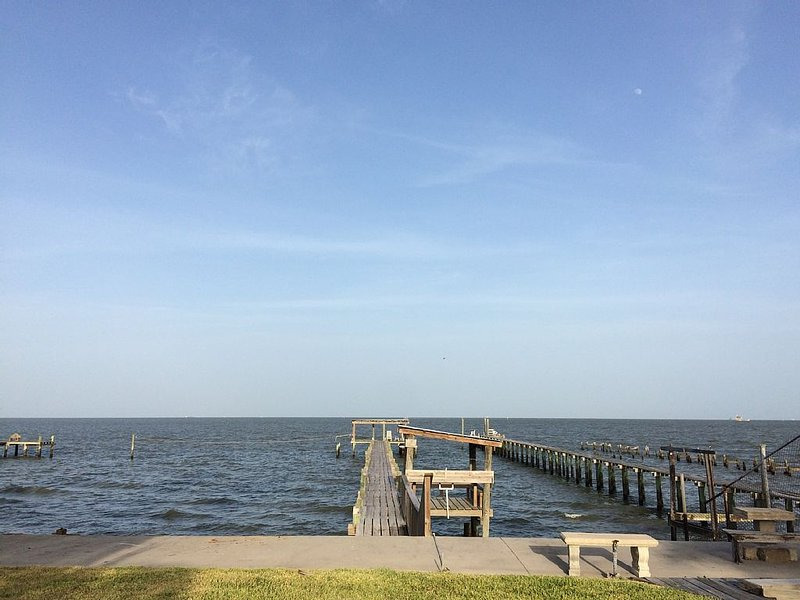 Quiet Family Kept Waterfront Bayhouse With Great Fishing Pier, holiday rental in Bacliff