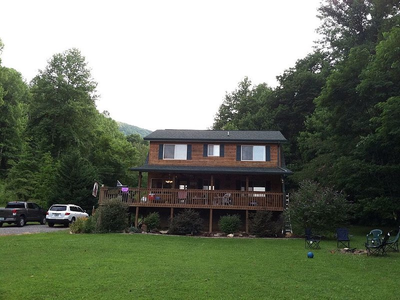 Mountain Cabin with Loft and Wrap Around Porch !!!, alquiler de vacaciones en Robbinsville