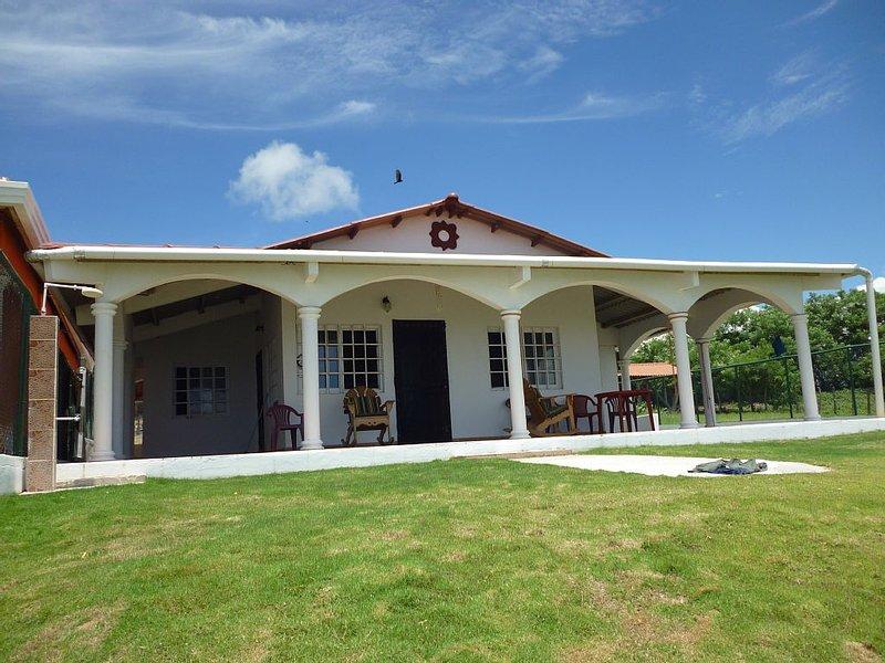 Uverito Beach House is a 2 Bed/2 Bath house just steps from the beach!, casa vacanza a La Villa de los Santos