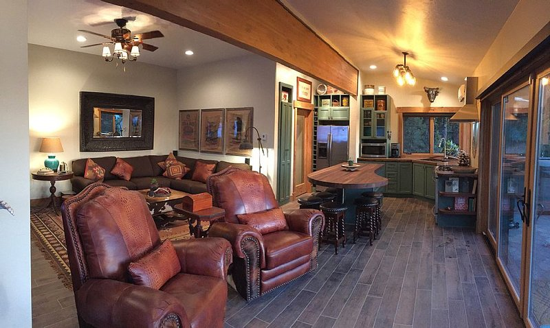 Luxury Retreat on 13 Secluded Acres With Spa Just Outside McCall, holiday rental in New Meadows