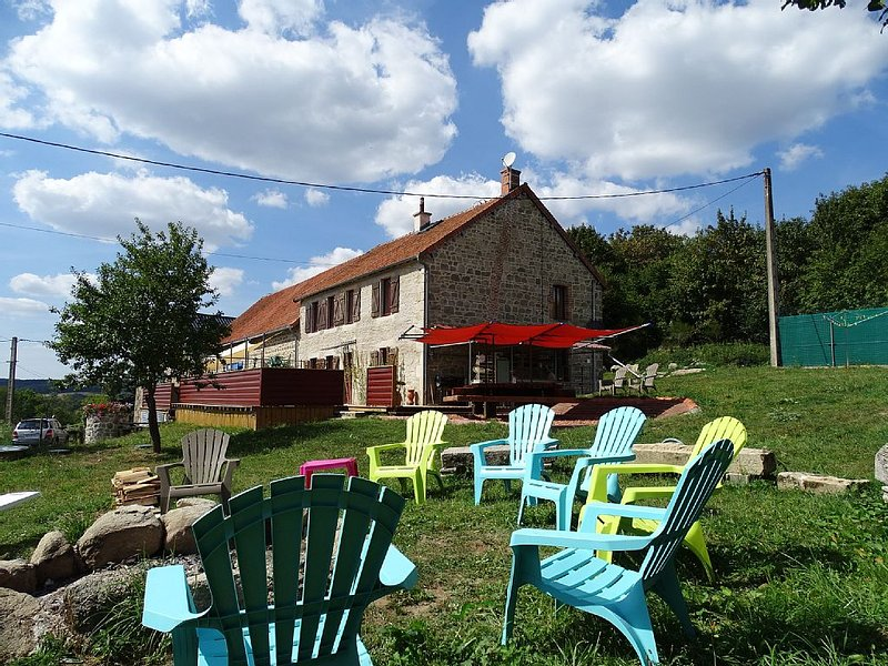 Stone Farmhouse In Central France with all year indoor heated pool, aluguéis de temporada em Espinasse