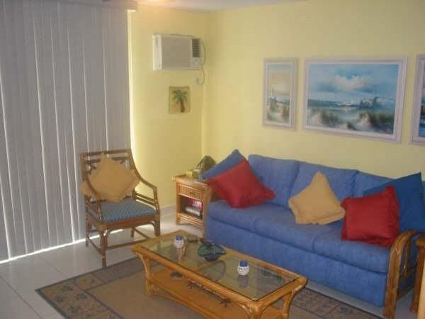 Magnificent Beach front condo with pool and restaurant/bar, location de vacances à Freeport